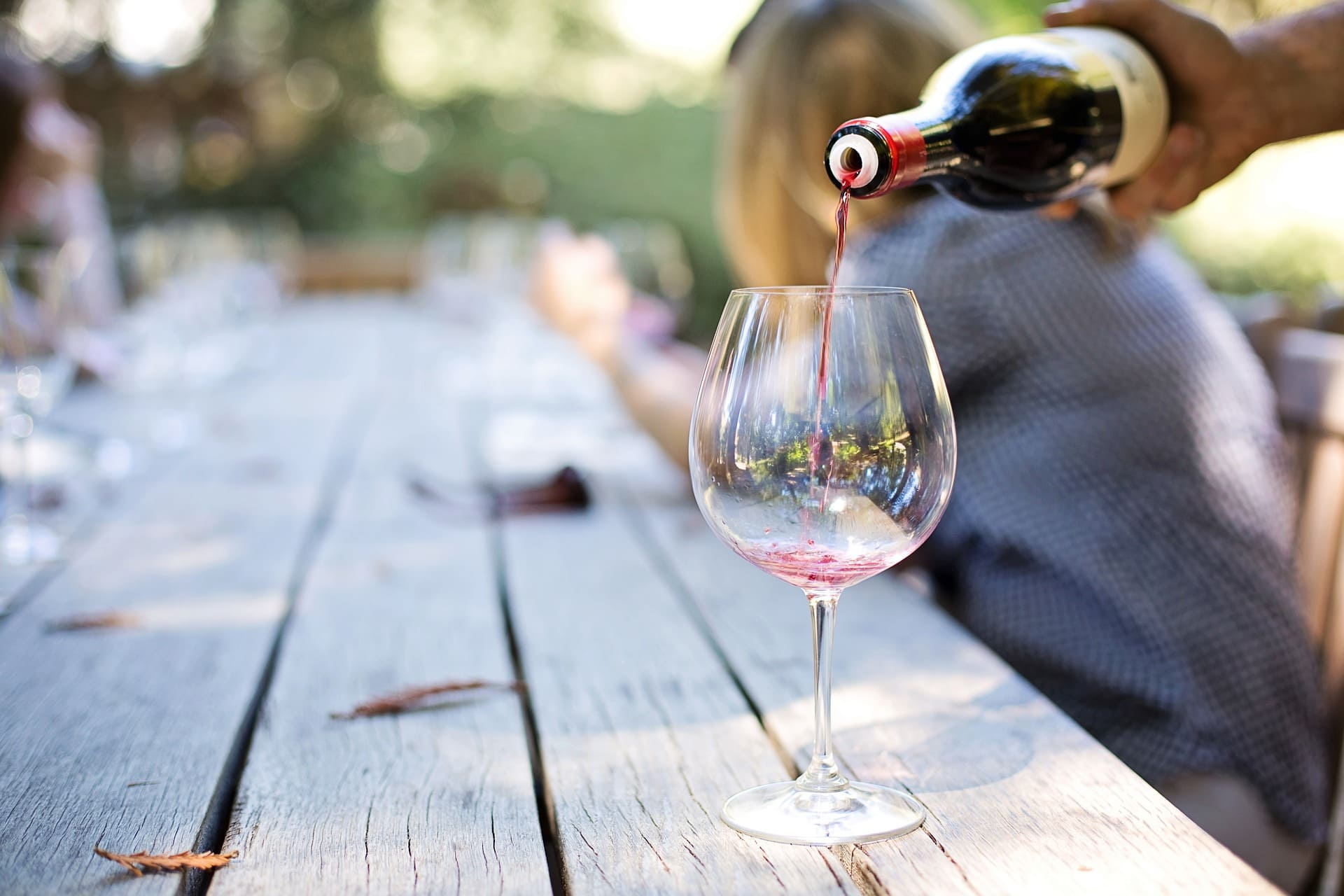 Servir de vin dans un verre